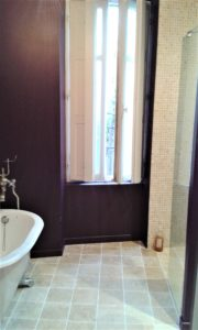 Salle de bain travertin aubergine