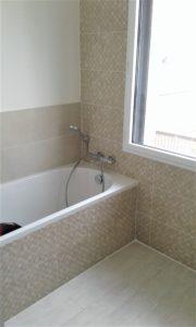 Salle de bain grands carreaux