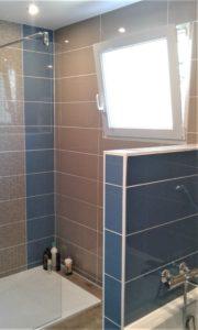 Salle de bain bleue et grise
