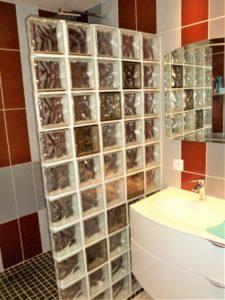 Salle de bain rouge et gris